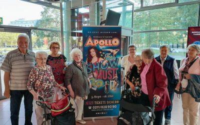 Seniorinnen und Senioren besuchen das Apollo Theater