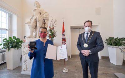 Jenny Jürgens mit Verdienstplakette ausgezeichnet
