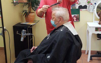 Glücklich über Friseurbesuch